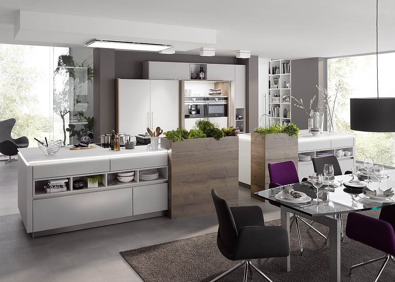 Grifflose Designküche mit matten Fronten und zwei Inseln