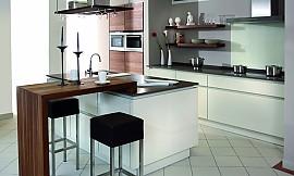 ... Küchen Insel · Inselküche Mit Holztheke, Weißen Fronten Sowie Einer  Küchenzeile In Wand Eingerückt Geplant Zuordnung: Stil ...