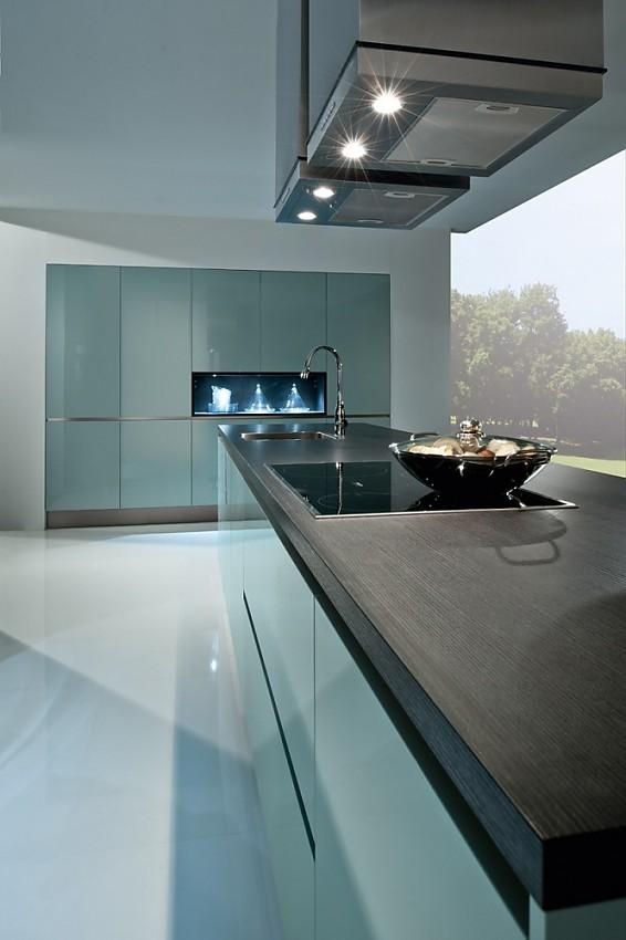 Designer küchen bilder  Puristische Designerküche mit grifflosen Fronten und Hochschrankzeile