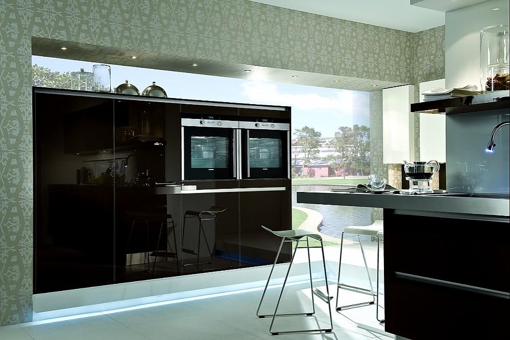 designk che und hochschr nke in hochglanz sepiabraun. Black Bedroom Furniture Sets. Home Design Ideas
