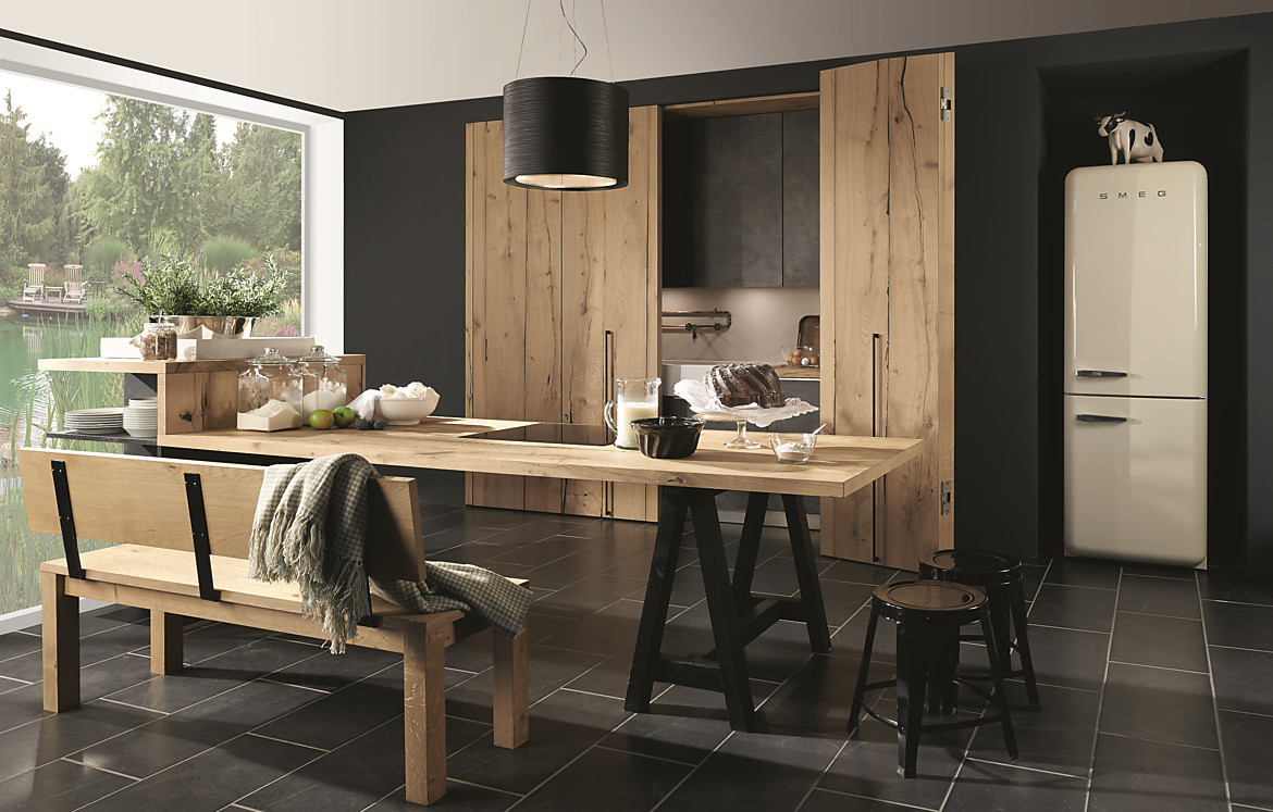 schwarz und holz k che hinter holzt ren. Black Bedroom Furniture Sets. Home Design Ideas