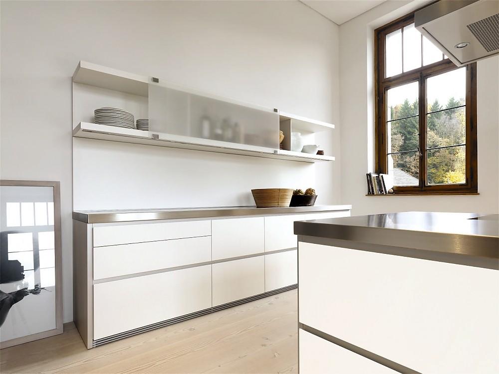Grifflose Designküche b1 mit Insel in Weiß und Edelstahl