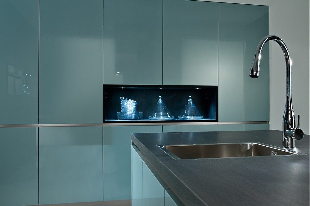 designerk che in stahlblau mit regal in der schrankwand. Black Bedroom Furniture Sets. Home Design Ideas