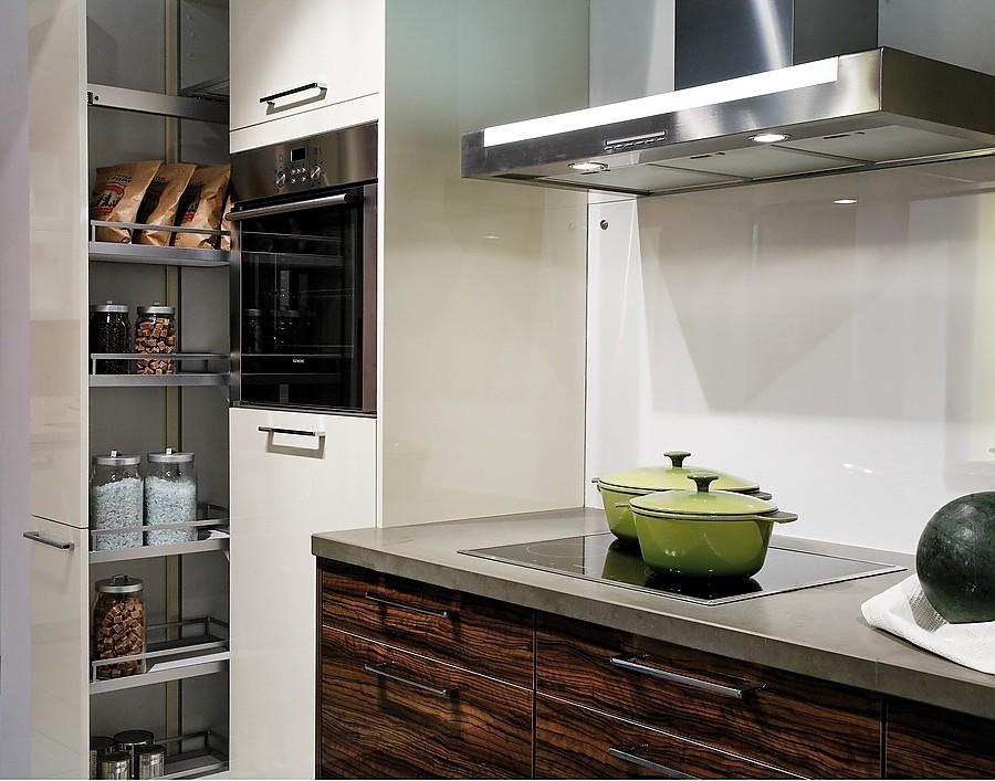 e k boxes k chenzeile in wei und olive mit apothekerschrank. Black Bedroom Furniture Sets. Home Design Ideas