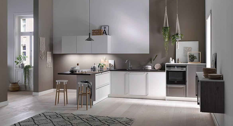 Puristische, kleine Küche in Weiß