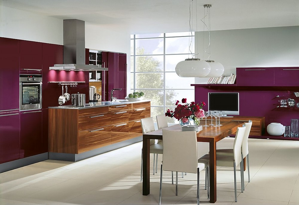 k chenzeile und esstisch aus holz mit hochschr nken und wohnwand in aubergine. Black Bedroom Furniture Sets. Home Design Ideas