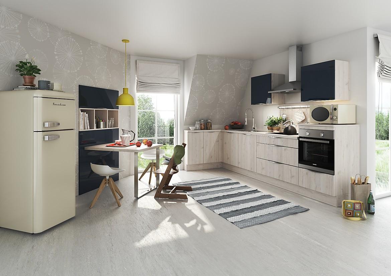 freundliche l k che mit hellen holzfronten. Black Bedroom Furniture Sets. Home Design Ideas