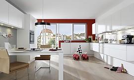 ... Grifflose Küche In Weiß   Schwebende Küchenelemente Verleihen Dem Modell  Einen Wohnlichen Und Modernen Charakter.