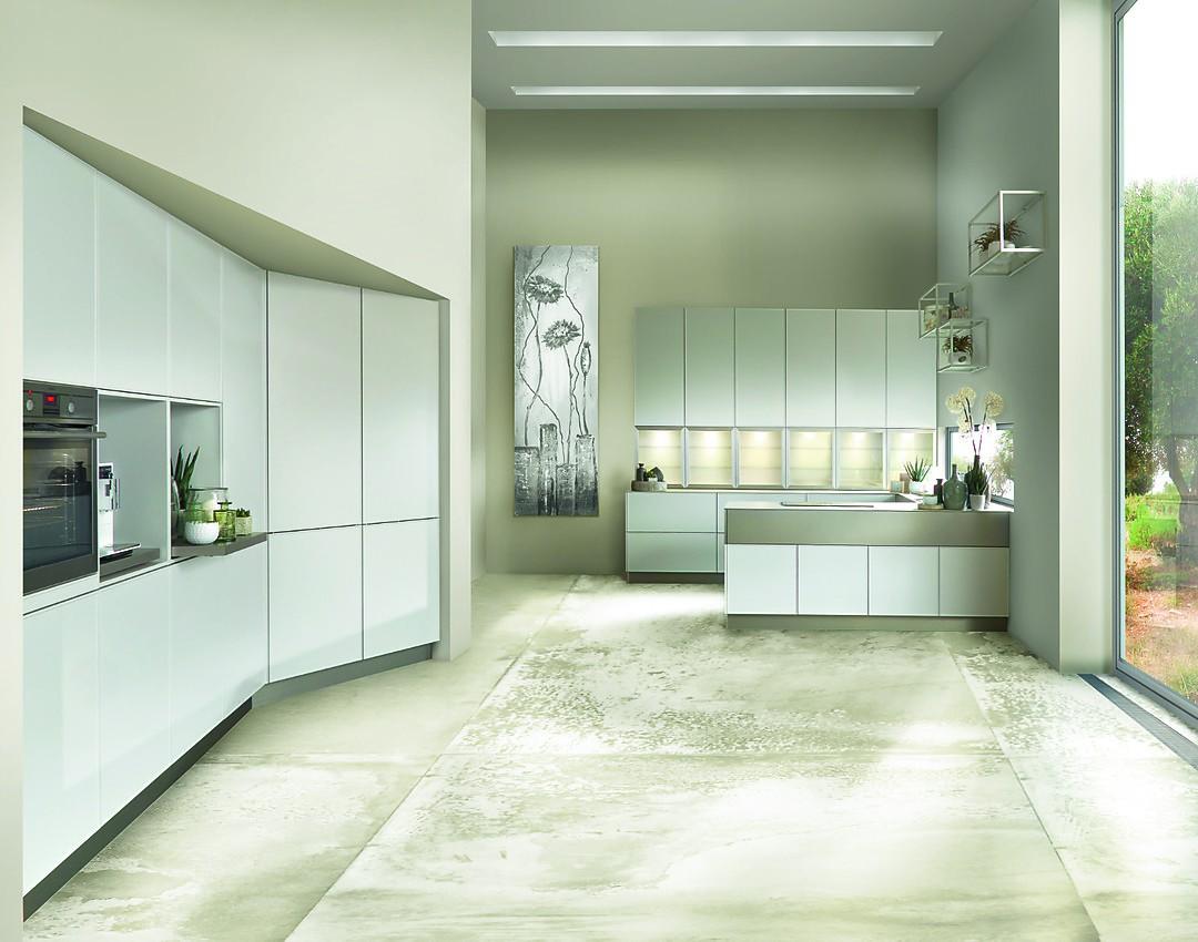 Grifflose, weiße Küche in offener Planung