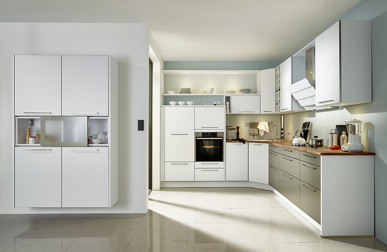 Wohnliche, weiß-graue L-Form-Küche im zeitlosen Stil