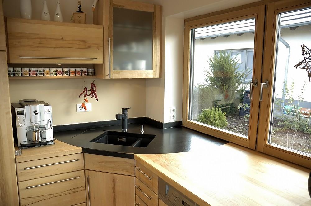 Massivholzküche mit Granitspüle