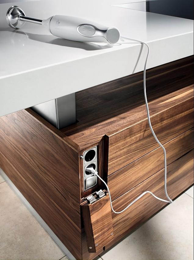 Steckdose in der kücheninsel der naturholzküche k7