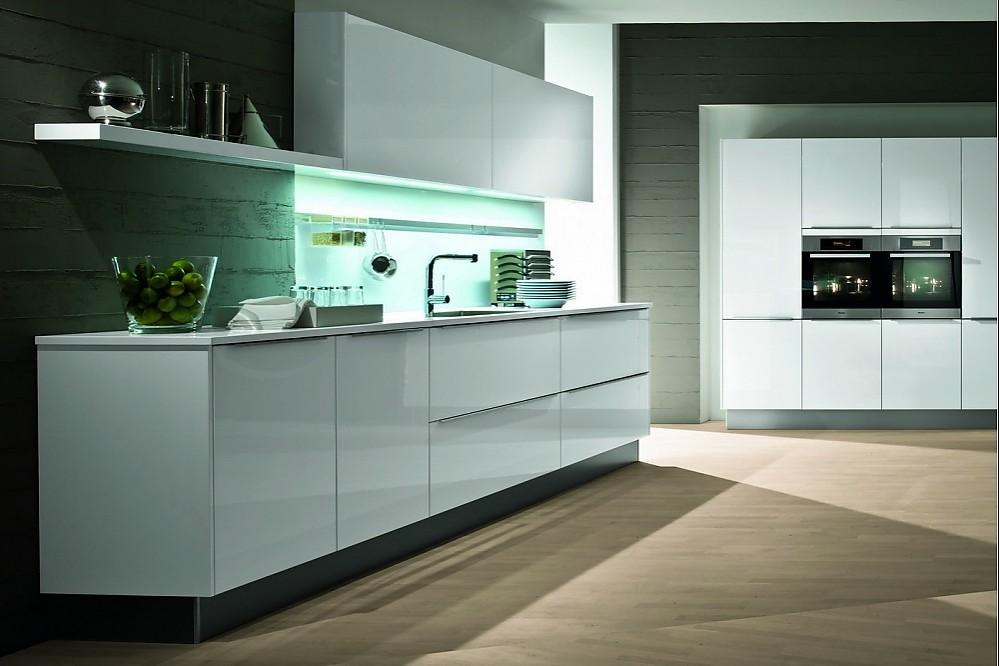 moderne k chenzeile in polarwei. Black Bedroom Furniture Sets. Home Design Ideas