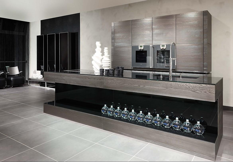 Küchen · moderne inselküche mit einer oberfläche aus verflüssigtem edelstahl auf stark gebürstetem holzfurnier
