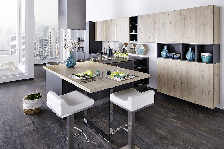 offene k che mit mattschwarzen lackfronten holzfronten und theke. Black Bedroom Furniture Sets. Home Design Ideas