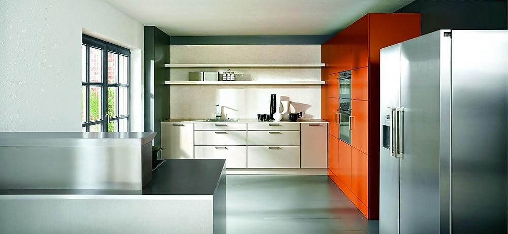 Inselküche Sikkens in Weiß, Orange und Edelstahl