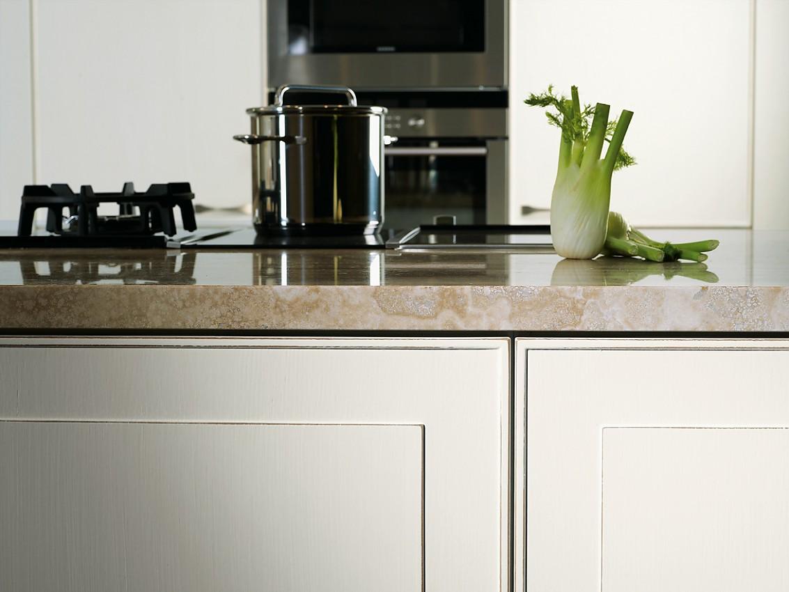 Küchenbuffet mit Aufsatzschrank und Weinregal in Vanille mit Glastüren