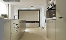 inselk che mit esstheke und ger tehochschr nken in dunklem holz und hochglanz wei. Black Bedroom Furniture Sets. Home Design Ideas