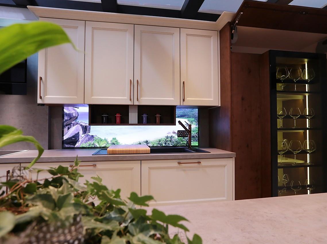 küche mit beleuchteter nischenrückwand