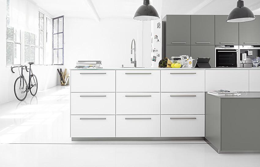 Grifflos geplantes Küchen-Sideboard mit Farbverlauf