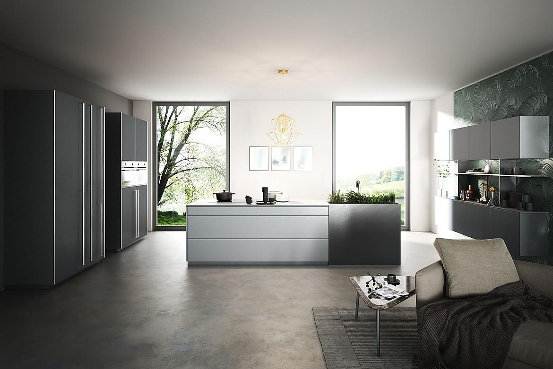 Moderne Küche mit Kochinsel in Grau