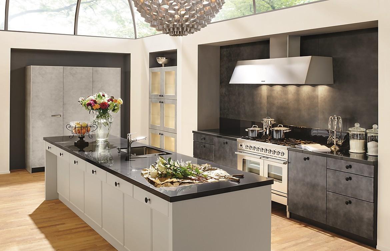 Moderne landhauskuche in weiss und beton optik for Moderne landhausküche