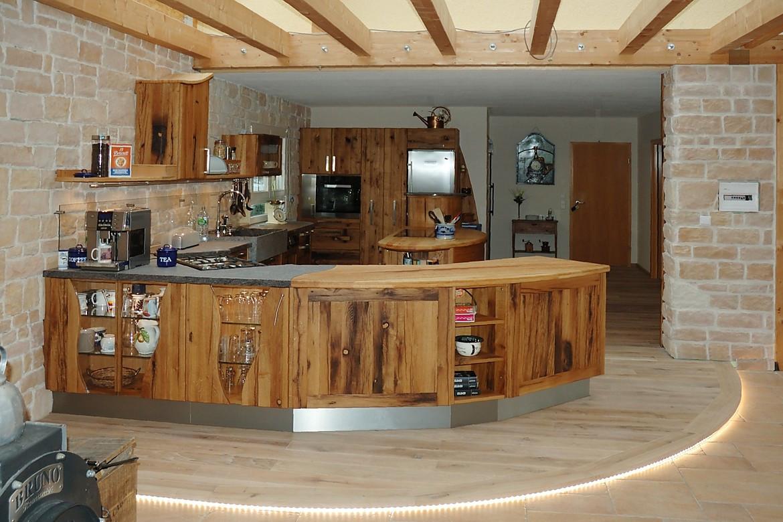 altholzküche mit kücheninsel