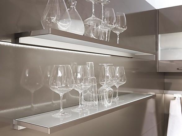 glas in der k che glasregal bord und lichtboden. Black Bedroom Furniture Sets. Home Design Ideas