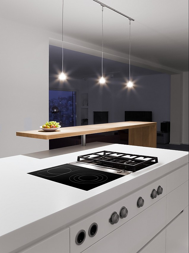 Die Theke Aus Holz Bildet Einen Angenehmen Kontrast Zur Weißen Kücheninsel  Mit BORA Kochfeldabzug Und Kochfeldern