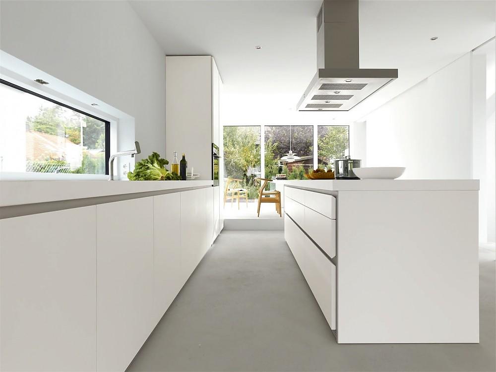 Grifflose Designküche b1 mit Insel in Weiß