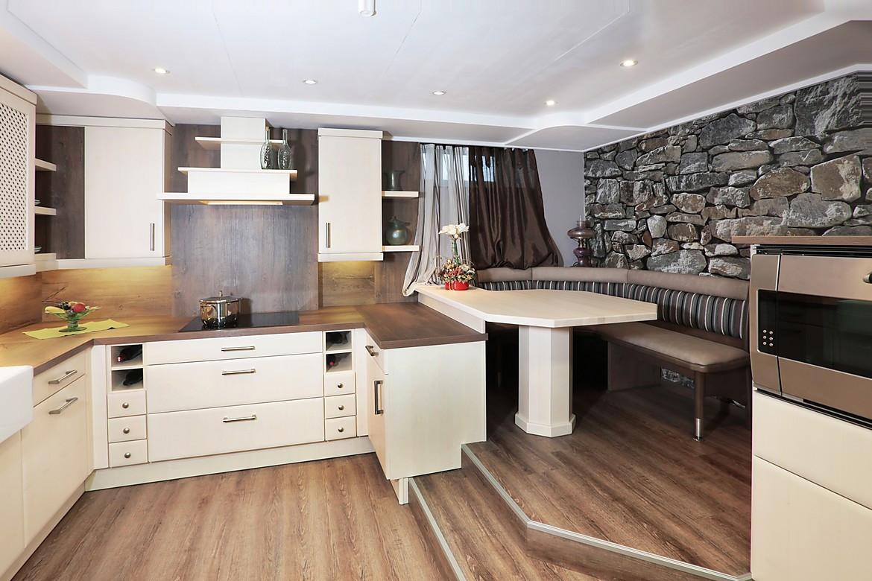 Helle Landhausküche aus massivem Holz