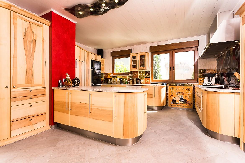 Runde Küche in Kernahorn