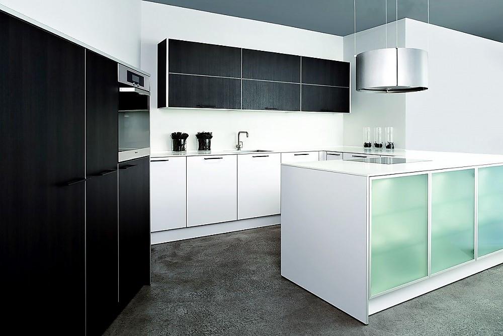 U-Form Küche aus Laminat Reinweiß und Eiche Maron mit ...