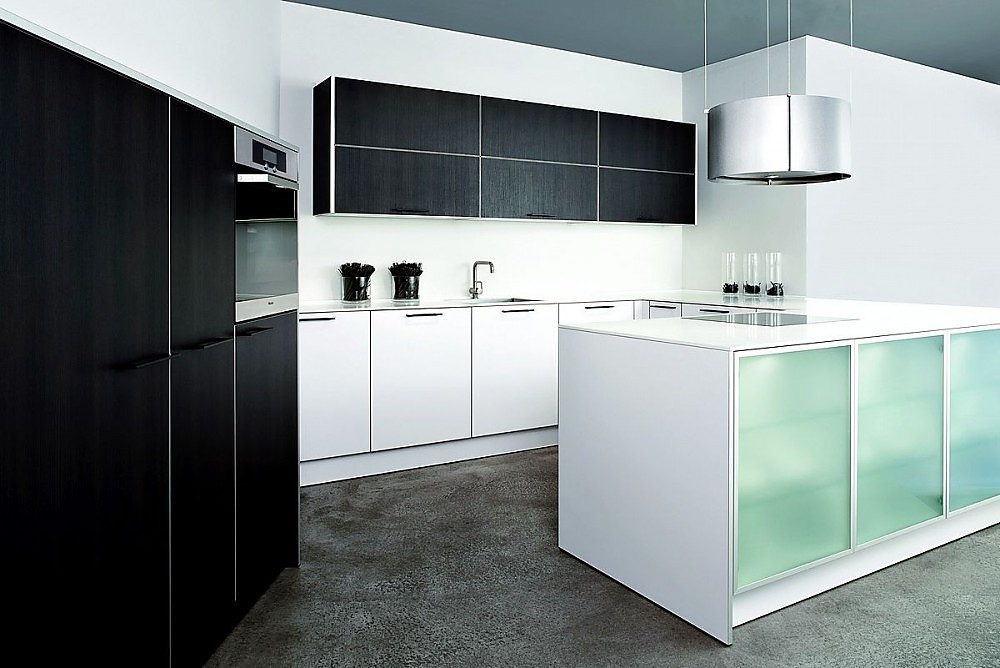 U-Form Küche aus Laminat Reinweiß und Eiche Maron mit Hochschränken ...