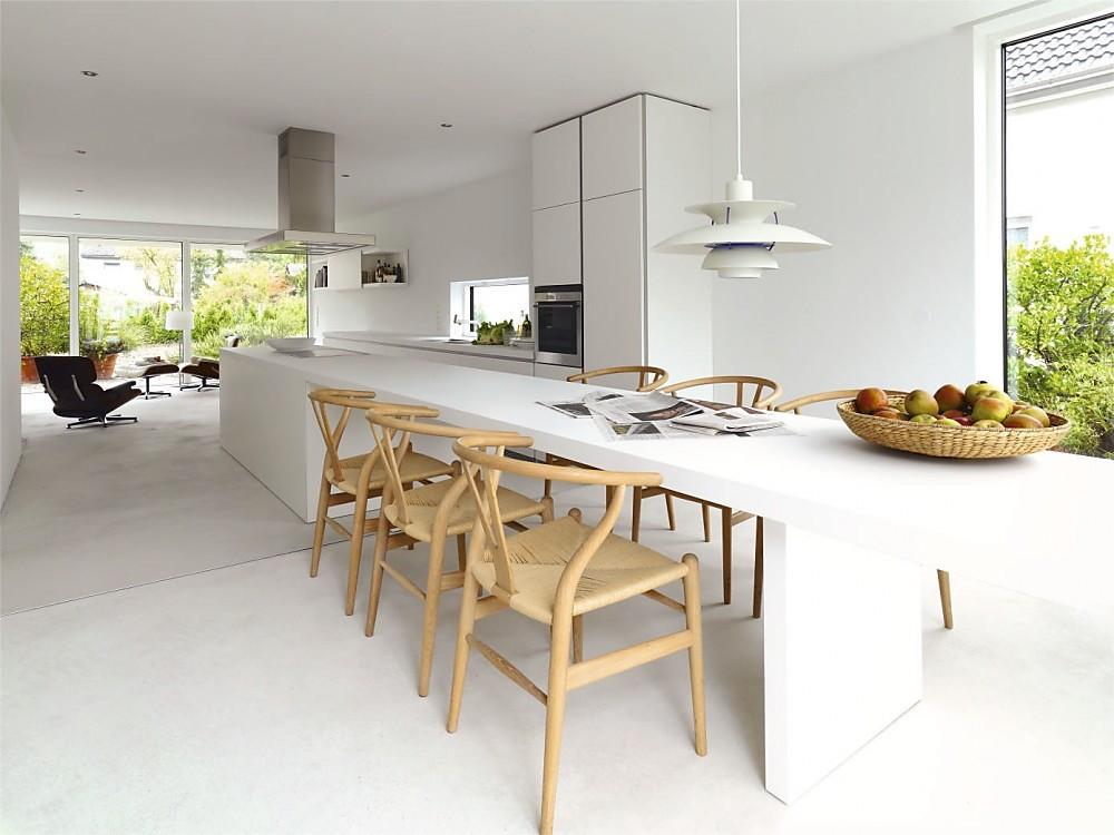 Designküche b1 in Weiß mit verlängerter Theke als Essplatz