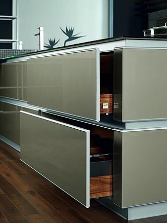 Glasfronten und glasturen in der einbaukuche for Küche mit glasfront