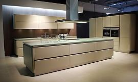 inselküche mit gerätehochschränken in cappuccino und sideboard mit ... - Küche Cappuccino