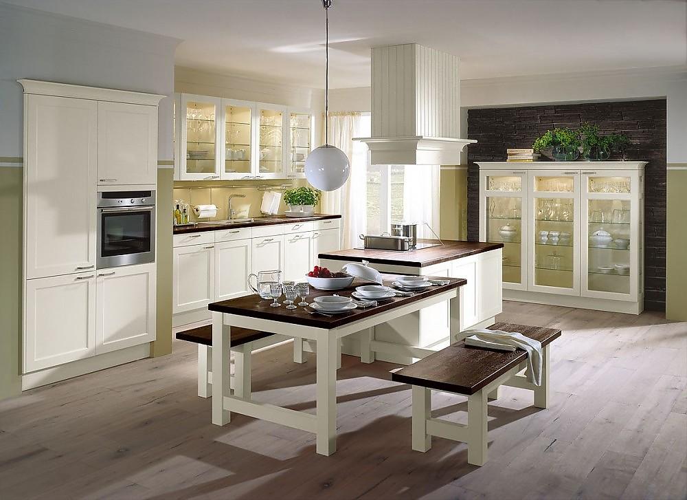 Inselküche Mit Vitrine Und Essplatz In Atweiß Und Dunklem Holz
