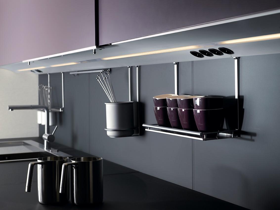 Entzückend Aufbewahrungssysteme Küche Referenz Von Hängendes Aufbewahrungssystem Mit Beleuchteten Oberleisten Zuordnung: Stil