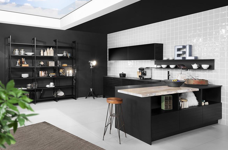 Designerküche in Schwarz mit Insel