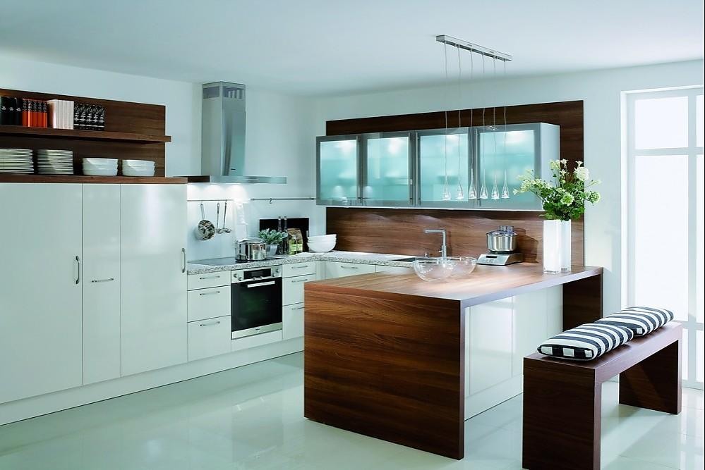 Küchen mit esstheke  U-Form Küche mit Esstheke und Gerätehochschränken in Vanille