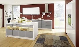 Charmant ... Hochglanzküche Von KüchenTreff In Weiß Und Grau. Die Außenseite Der  Kochinsel Besticht Mit Glaseinsätzen, ...