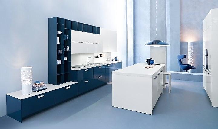Blaue Küche inselküche blau weiß glänzend