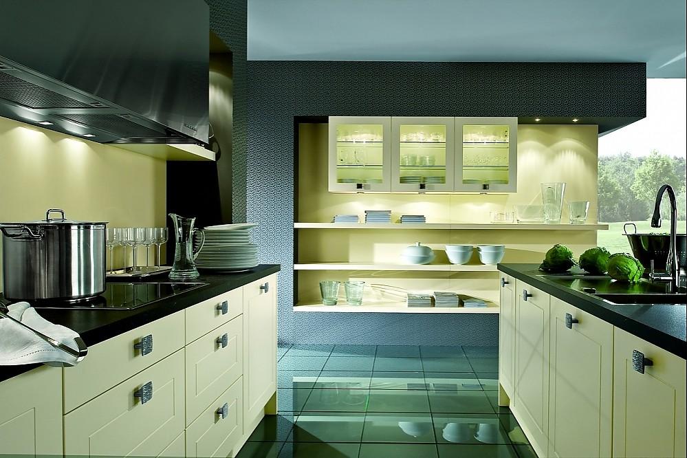 Klassische Inselkuche Glasschranke Und Regale In Vanille