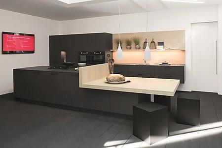 Von Rotpunkt stammt diese schwarze Küche in samtmatt aus nachhaltigen Materialien.