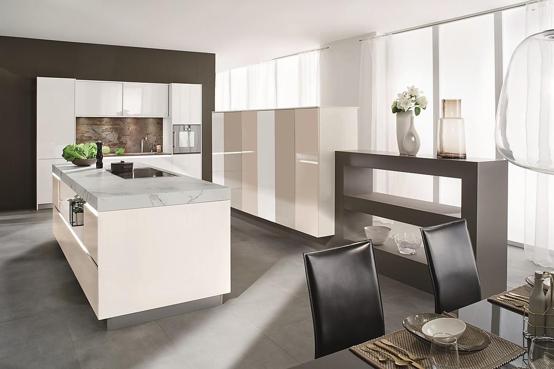offene wohnk che in wei mit marmorarbeitsplatte. Black Bedroom Furniture Sets. Home Design Ideas