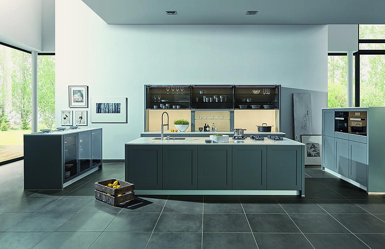L-Form Küche im Landhausstil in Weinrot