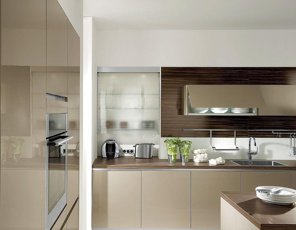 Küche hochglanz  Grifflose Küche in Hochglanz Champagner mit Aufsatzschrank mit Rolltür