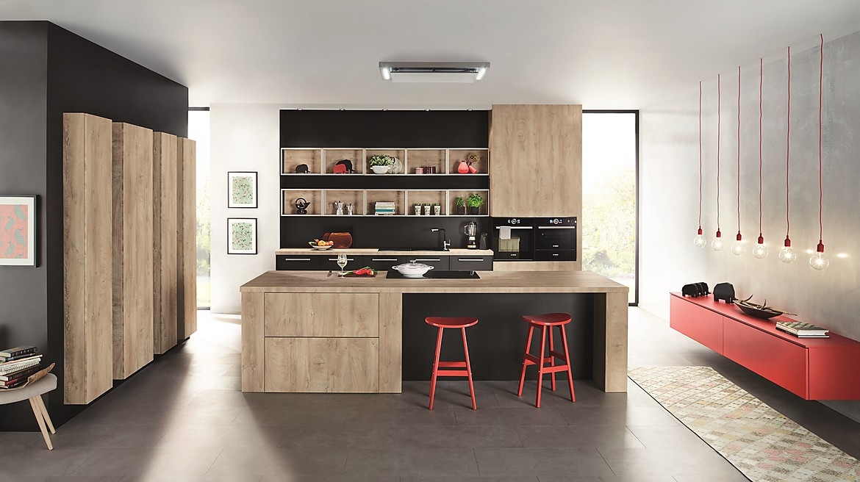 Holz, Schwarz und Rot: moderne Inselküche