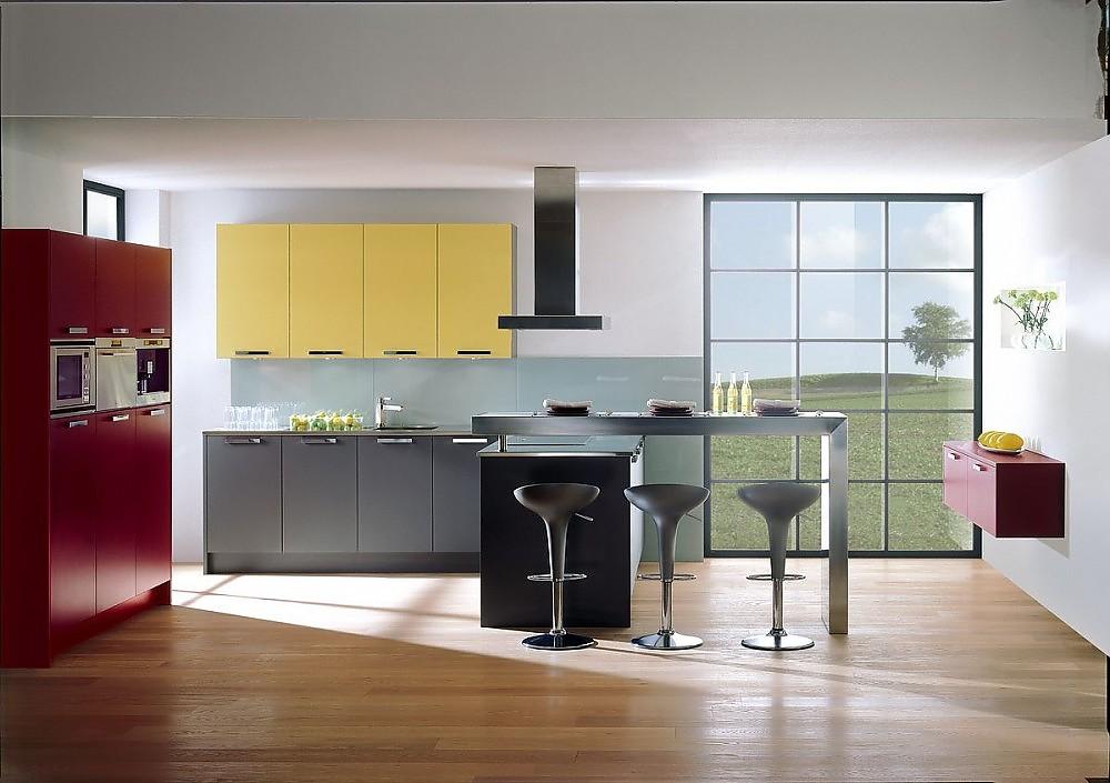 L-Form Küche mit Hoch- und Hängeschränken in Mausgrau, Weinrot und ...